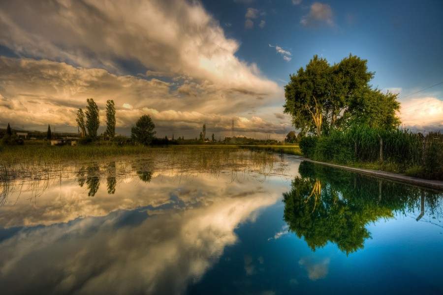 Paisaje reflejado en el lago