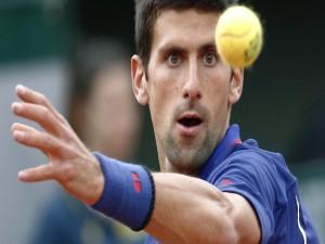 El tenista Novak Djokovic mirando con atención la pelota