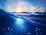 Rayos de sol bajo el agua