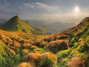 Los rayos del sol iluminando el paisaje montañoso