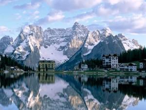 El paisaje invernal reflejado en el lago