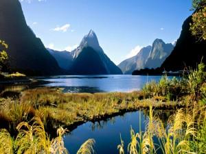 Maravillosos picos montañosos junto a un lago