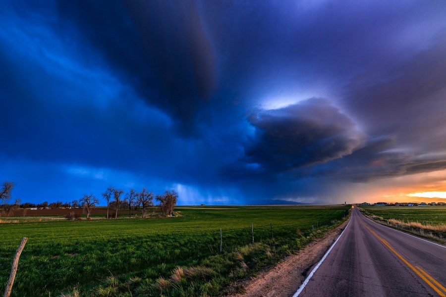 Cielo nuboso sobre la carretera