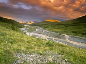 Río fluyendo por el valle