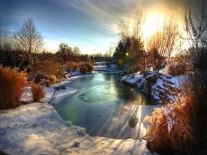 Nieve a orillas de un pequeño lago