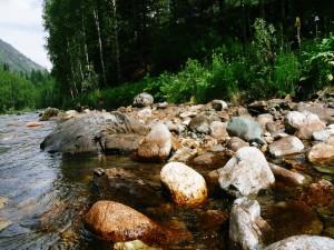 Piedras a orillas de un río