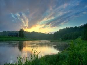 Bonito amanecer sobre un río