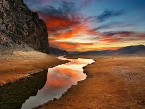 Bonito cielo reflejado en las aguas de un río