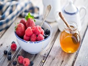 Frutos rojos y un tarro de miel