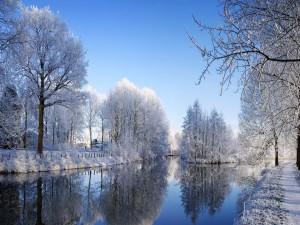 Hermoso paisaje nevado junto al río