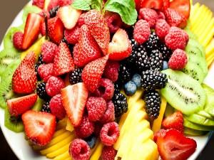 Plato con frutas variadas