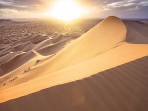 Sol iluminando la arena del desierto