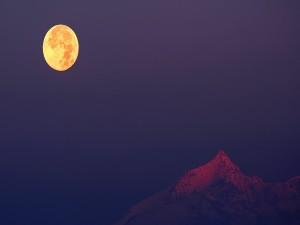 Hermosa luna llena sobre la montaña
