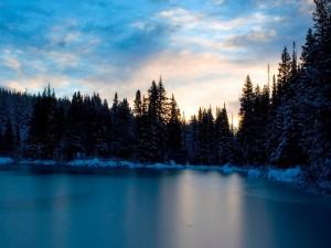 Amanece sobre un lago helado