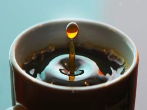 Gota de café cayendo en la taza