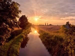 Sol reflejado en el canal