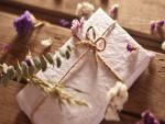 Florecillas junto a un regalo