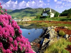 Casa en el campo junto a un río