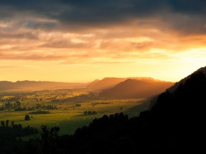 Sol iluminando un gran valle