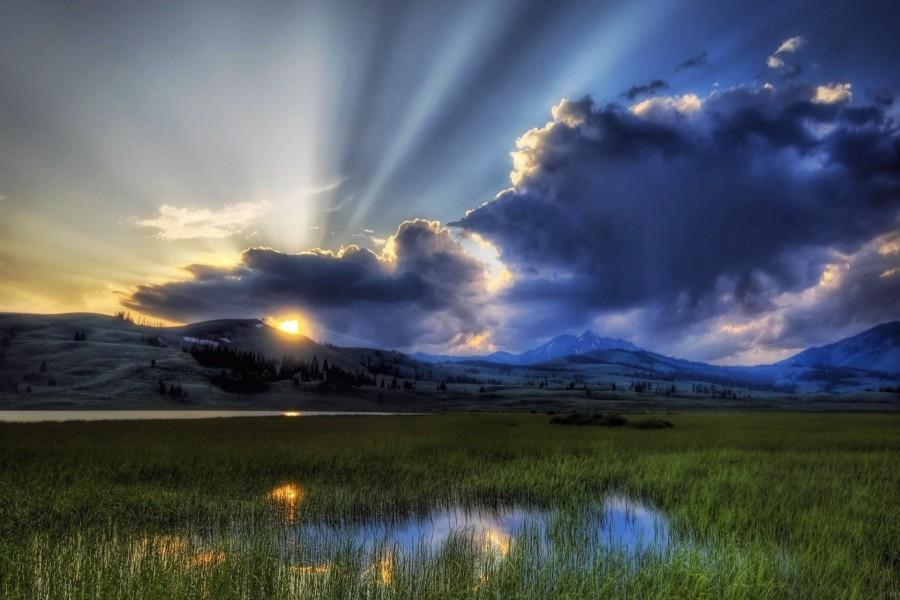 Sol entre las nubes al amanecer