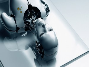 Mujer robot acostada