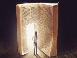 Mujer junto a una puerta abierta en una gran Biblia