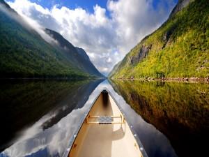 Canoa navegando por un lago