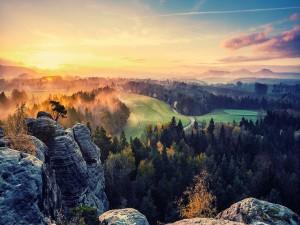 Contemplando el paisaje desde las rocas