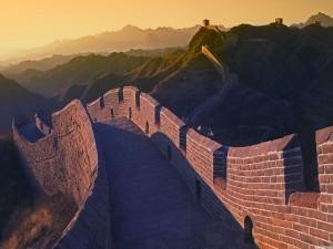 Sol iluminando la Gran Muralla China