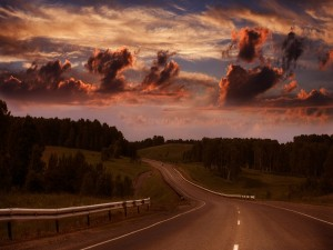 Amanece sobre una carretera