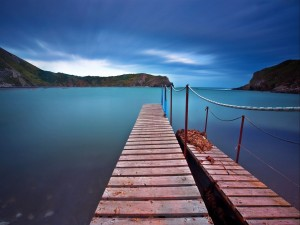 Muelles de madera en el mar