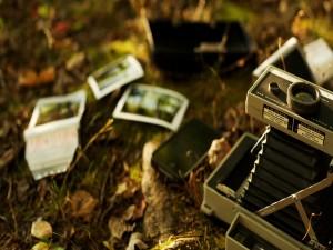 Antigua cámara de fotos en el suelo