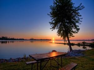 Mesa de campo junto al lago