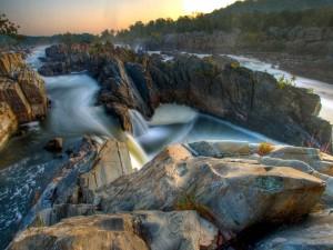 Río fluyendo entre grandes rocas