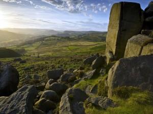 Grandes rocas en el campo