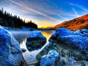 Escarcha sobre las rocas del río