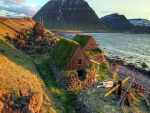 Bonitas casas a orillas de un fiordo