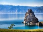 Roca junto a un bonito lago