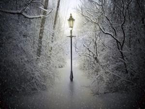 Farola iluminando la nevada