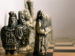 Bonitas fichas sobre el tablero de ajedrez