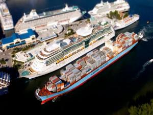 Grandes barcos llegando a puerto