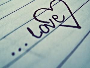Love escrito sobre una mesa de madera