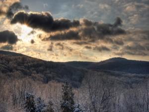 Sol entre las nubes en un día de invierno