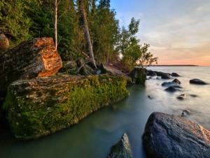 Grandes rocas en la orilla