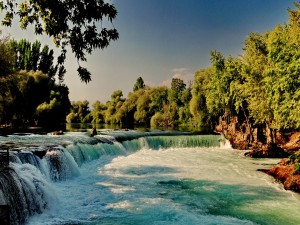 Pequeña cascada en un gran río