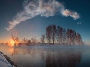 Hermoso amanecer en un paraje nevado