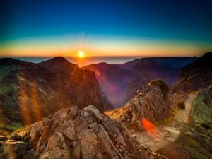 Radiante sol iluminando las montañas