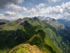 Nubes sobre las montañas verdes