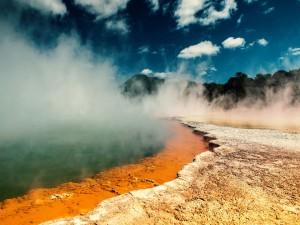 Humo en las fuentes calientes del Parque Nacional de Yellowstone