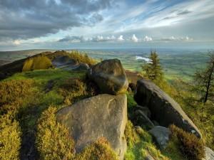Contemplando el paisaje desde lo alto de una colina pedregosa